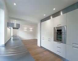 weiße küche mit grauer arbeitsplatte modern kitchen
