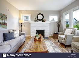 geräumiges wohnzimmer mit kamin sofa zwei sesseln und