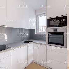 weiße küche mit grauen backsplash stockfoto und mehr bilder arbeitsplatte