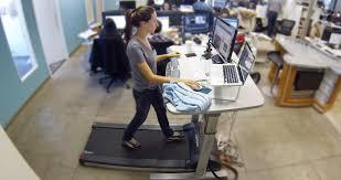 travailler dans les bureaux travailler debout avec un tapis roulant