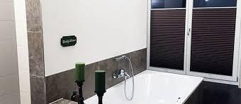 blickdichtes plissee im badezimmer