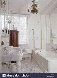 ein traditionelles weißes badezimmer porzellan waschbecken