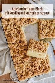 apfelkuchen vom blech mit pudding und knusprigen streusel