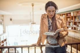 Une Femme Afro Américaine En Lisant Le Journal Journal De Lecture Femme Photographie Seb Ra 137000134