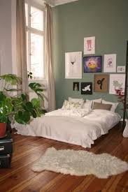 gemütliches schlafzimmer in grün in berlin friedrichshain