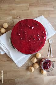 rote grütze torte mit windbeuteln ein schmuckstück