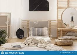 weiße warme decke und kopiertes kissen auf beige futon im