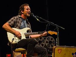eddie vedder gives emotional solo performance in tribute to chris