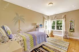 nette bunte kinder schlafzimmer mit einzelbett und weißen kommode northwest usa