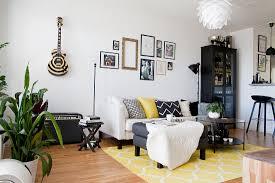 wohnzimmer in schwarz weiß und gelb bild kaufen