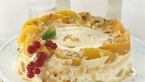 cremetorte mit pfirsichen und mandeln