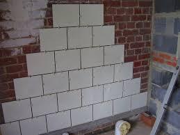 comment carreler un mur de briques
