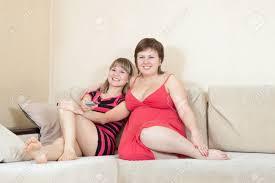 entspannt frauen liegen auf sofa im wohnzimmer genießen blick tv