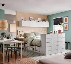 angenehmes grün braunes schlafzimmer mit esstisch braunes