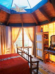 gemütliches schlafzimmer aus holz mit bild kaufen