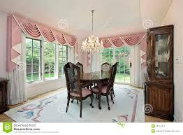 rideaux salle a manger salle à manger avec les rideaux roses photographie stock libre de