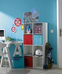 bureau coloré un meuble de rangement avec des paniers colorés dans le bureau