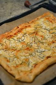blätterteig tarte mit ziegenkäse birne rosmarin und honig