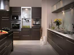 cuisine marron et blanc cuisine avec de nombreux meubles de rangement marron cuisine