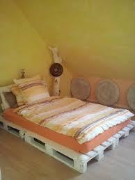 schlafzimmer bett aus paletten wanddeko aus sitzkissen