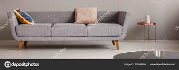 graue lounge mit zwei kissen hellen wohnzimmer interieur mit