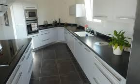 cuisine grise et plan de travail noir déco cuisine grise plan de travail noir 73 paul photo
