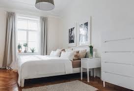 großes helles schlafzimmer in münchen mit gemütlichem bett