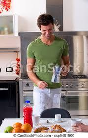 der mann in der küche bereitet frühstück vor canstock