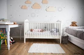 foto auf lager seitenansicht des babys mädchen schlafen in kinderbett