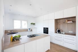 weiße küche mit deckenhohen schränken und einer mischung aus