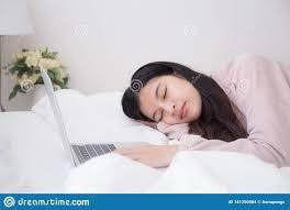 asiatinnen schlafen weil sie der arbeit der laptop