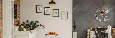 weiße und graue wand im modernen wohnzimmer mit bildern verziert