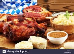 traditionelle deutsche küche schweinshaxe gebraten ham hock