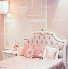 luxus schlafzimmer reichen interieur in rosa farbe für kleine prinzessin es gibt verschiedene kopfkissen auf die schlechte feuerzeuge auf der wand und