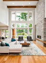 wohnzimmer interieur mit holzböden riesige bank fenstern hohen gewölbedecke und kamin in neuen luxus haus