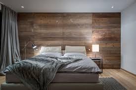 edles schlafzimmer mit altholz wand und pelzdecke