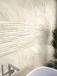 feinsteinzeug mit marmoroptik und reliefs für badezimmer