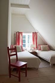 kleines gästeschlafzimmer unterm dach in bild kaufen