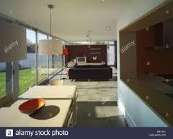 moderne offene küche esszimmer und wohnzimmer mit fenstern