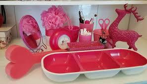 pinke badezimmer accessoires handtücher fön kerzen treteimer