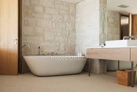 steinwand hinter badewanne im modernen badezimmer