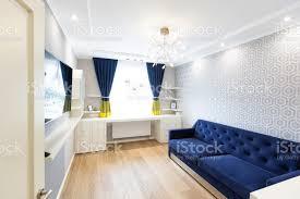 moderne wohnzimmer interior design mit blauem sofa und ein großes fenster stockfoto und mehr bilder architektur