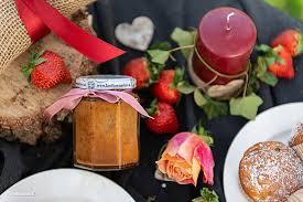 erdbeere rhabarber kuchen im glas und fruchtige marmelade