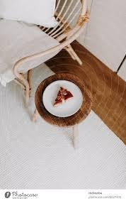 ein stück hausgemachter apfelkuchen auf einem holzhocker im