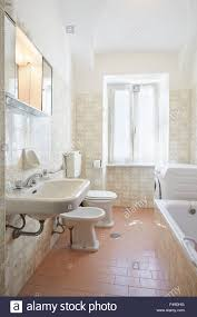 einfache rosa bad in altbauwohnung stockfotografie alamy