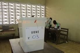 ouverture des bureaux de vote présidentielle ivoirienne la pluie s invite à l ouverture du
