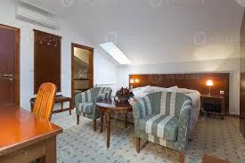 schlafzimmer interieur in loft wohnung 1143143 stock foto