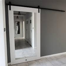 weiße tür mit einem spiegel im eingang zum wohnzimmer