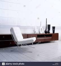 interior design weiß schwarz barcelona chair wohnzimmer
