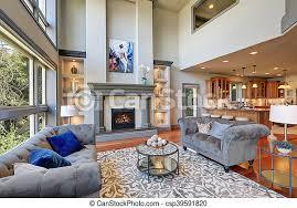 graues interieur hohem gewölbten decken familienzimmer